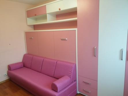 Dormitor fete roz cu Pat Rabatabil