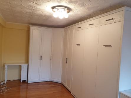 Set de mobila dormitor alb cu pat rabatabil, pe colt